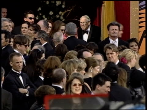 vidéos et rushes de elvis costello at the 2004 academy awards arrivals at the kodak theatre in hollywood, california on february 29, 2004. - 76e cérémonie des oscars