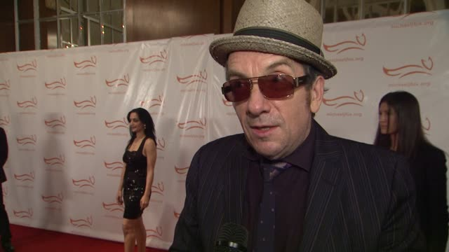 elvis costello has been in attendance at the event for afew years now. he is in attendance to perform. shares that his fatherdied of parkinson a year... - elvis costello stock-videos und b-roll-filmmaterial