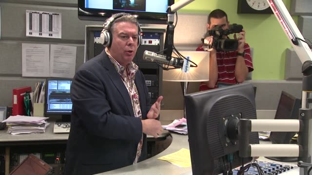vidéos et rushes de elvis duran on nicki minaj's album being sold out abroad at nicki minaj visits elvis duran & the morning show on 4/4/2012 in new york, ny, united... - interview format raw