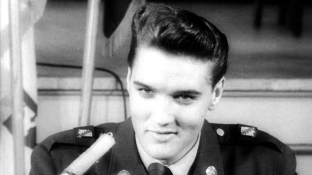 vidéos et rushes de elvis presley greets photographers and fans at fort dix after being discharged from the army / poses for photographs with nancy sinatra / fans... - 1960