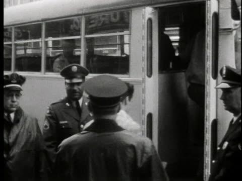 vídeos y material grabado en eventos de stock de elvis presley is escorted to military bus. - masculinidad