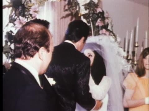 elvis presley kisses his bride, priscilla beaulieu. - プリシラ プレスリー点の映像素材/bロール
