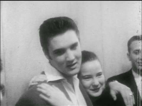 vídeos de stock, filmes e b-roll de elvis presley poses with arm around a girlfriend outside courtroom / newsreel - 1956