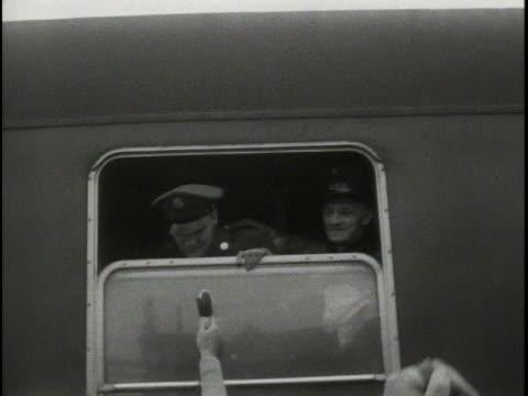 vídeos y material grabado en eventos de stock de elvis presley waves from train window. - masculinidad