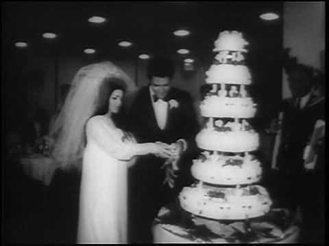 vídeos de stock, filmes e b-roll de elvis priscilla presley starting to cut wedding cake / las vegas / newsreel - papel em casamento