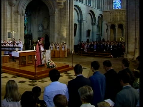 vidéos et rushes de ely cathedral service held pool england cambridgeshire ely ext la gv ely cathedral lms gv people from soham along to cathedral where memorial service... - choeur