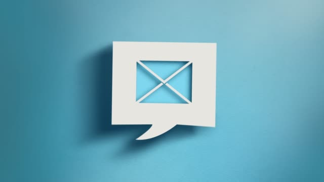 4k解像度の青い背景に正方形のスピーチバブルの電子メールシンボル - e mail点の映像素材/bロール