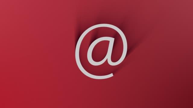 4k 解像度ループの準備完了ファイルで赤い背景上にシャドウがすべての周りを通過しながら電子メール シンボル - e mail点の映像素材/bロール