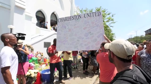 vidéos et rushes de emanuel ame church closed since a gunman killed nine parishioners on wednesday is reopened for prayers in charleston new york united states on 21... - charleston