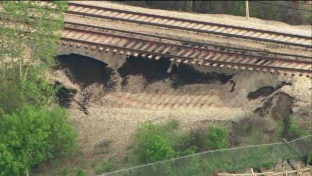 vídeos de stock, filmes e b-roll de embankment collapses under chicago's yellow line rail track on may 18, 2015. - metrô de chicago
