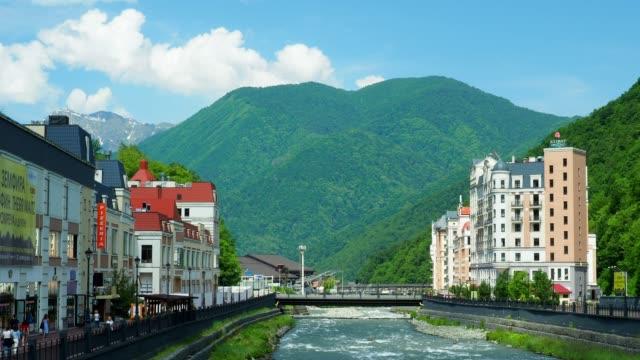 Banvallen av mountain river