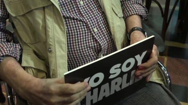 vídeos de stock, filmes e b-roll de emblematicos dibujantes de argentina como quino y hermenegildo sabat homenajearon en el museo del humor en buenos aires a sus colegas de la revista... - sátira