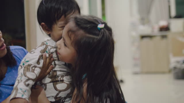 stockvideo's en b-roll-footage met omhelzing - cadeau