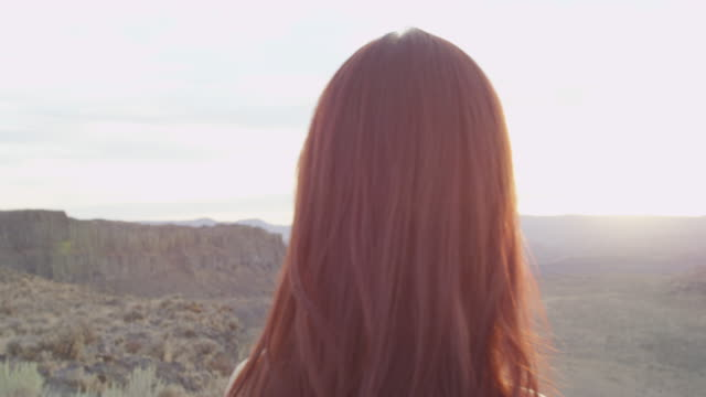 ms embracing couple looking out at desert canyon at sunset - heterosexuelles paar stock-videos und b-roll-filmmaterial