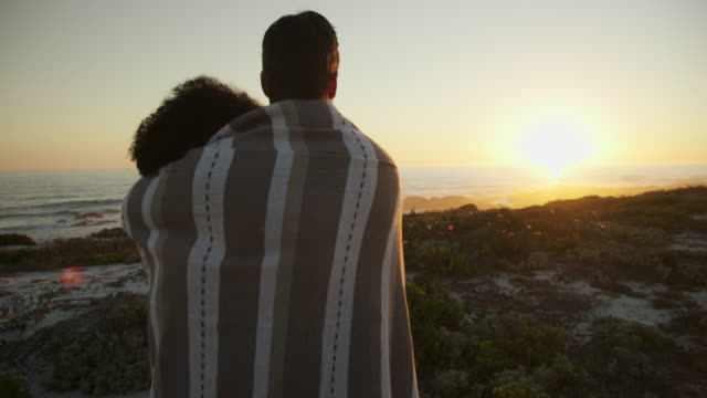 embracing during sunset - eingewickelt stock-videos und b-roll-filmmaterial