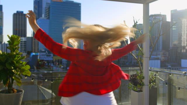 vidéos et rushes de embrasser l'horizon - bras humain