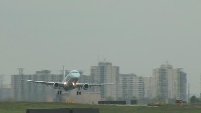 embraer 170 飛行機の離陸トラック - 横位置点の映像素材/bロール