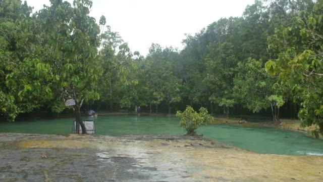 雨の日はエメラルドプール。 - 屋外遊具点の映像素材/bロール