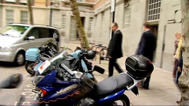 preview; england: london: westminster: ext nick clegg mp out of building following meeting with lib dem councillors and walks away, ignoring press... - seguire attività che richiede movimento video stock e b–roll