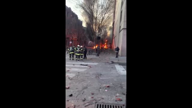 stockvideo's en b-roll-footage met emergency crews responded to reports of a large explosion in downtown nashville, tennessee, in the early hours of christmas morning, december 25,... - https
