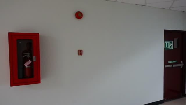 vídeos y material grabado en eventos de stock de puerta de salida de emergencia - señal de salida señal de dirección