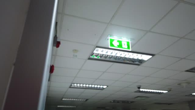 vídeos y material grabado en eventos de stock de señal de salida de emergencia - señal de salida señal de dirección
