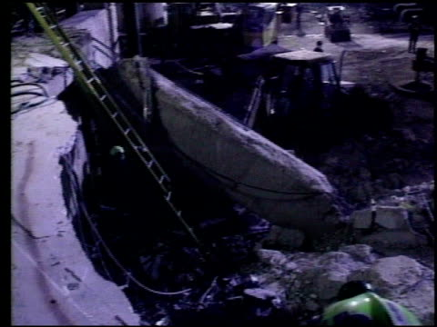 vidéos et rushes de / emergency personnel attempt to clean up at site of oklahoma city bombing cleanup and rescue at oklahoma city bombing on april 19 1995 in oklahoma... - oklahoma