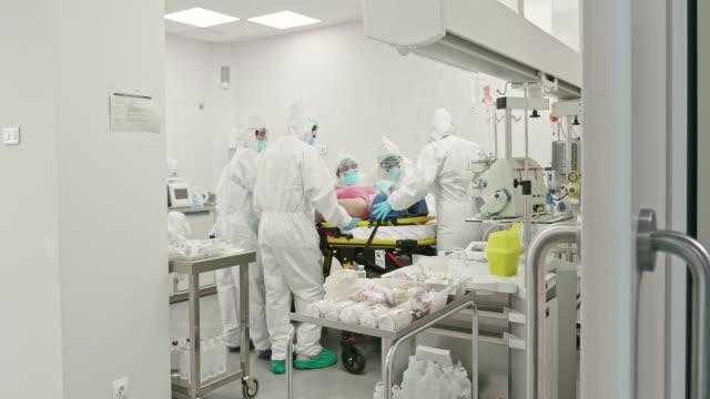 vídeos y material grabado en eventos de stock de trabajadores de la sala de emergencias que cuidan al paciente en stretcher - trabajador de primera línea
