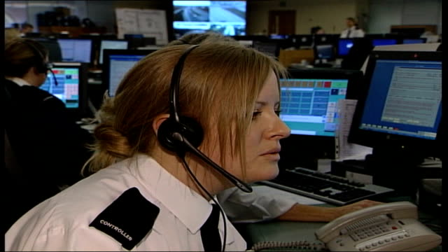vídeos y material grabado en eventos de stock de new number for less urgent calls; reporter to camera hampshire: sequence police officers in emergency call centre answering enquiries superintendent... - hampshire