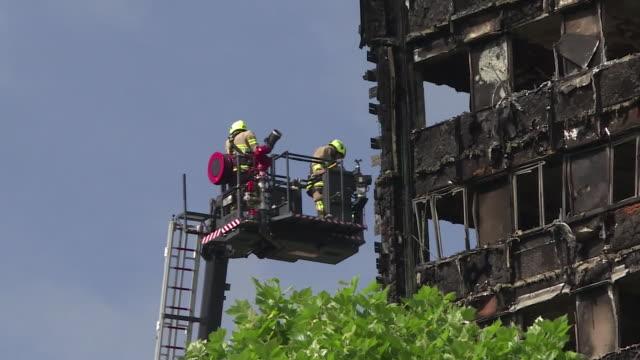 vídeos de stock, filmes e b-roll de emergency services and recovery teams working at the grenfell tower site - armação de janela