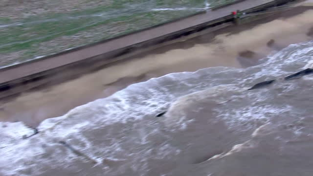 emergency services and the army are on high alert tonight as severe weather threatens the east coast. roads have closed as waves breached protecting... - ローストフト点の映像素材/bロール