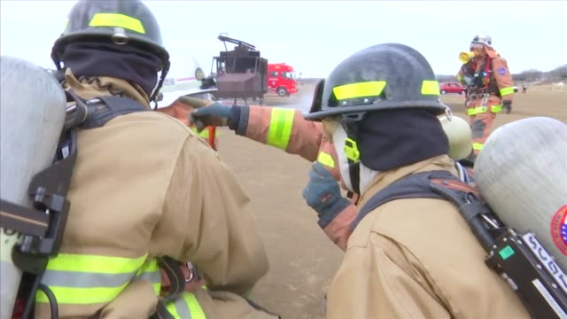 emergency services personnel from the kanagawa prefecture police south kanto defense bureau kanagawa prefectural government zama city and us army... - insel honshu stock-videos und b-roll-filmmaterial