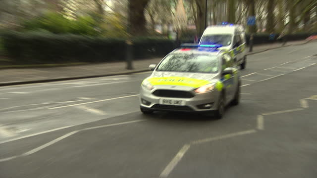 emergency services racing to the scene of the westminster terror attack - stechen stock-videos und b-roll-filmmaterial