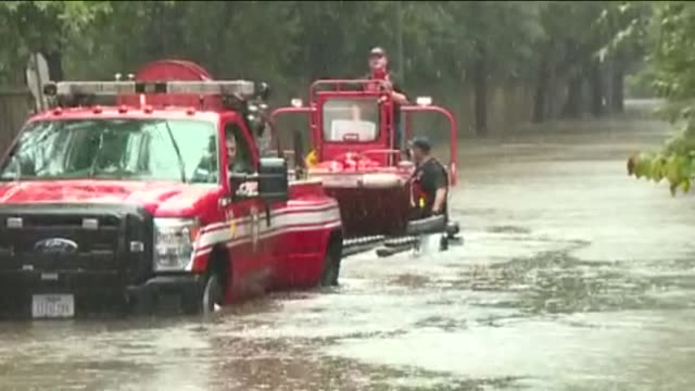 kiah emergency services truck picks up rescue workers boat from hurricane harvey flood water in humble texas on aug 29 2017 - 救助隊点の映像素材/bロール