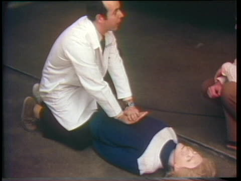 emergency specialist dr. ronald stewart talks about choking and demonstrates the heimlich maneuver. - atemhilfe stock-videos und b-roll-filmmaterial
