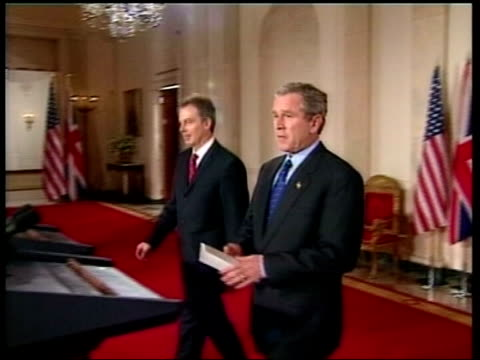vidéos et rushes de emergency summit planned lib washington white house tony blair mp and george w bush along to joint press conference and speaking - irak
