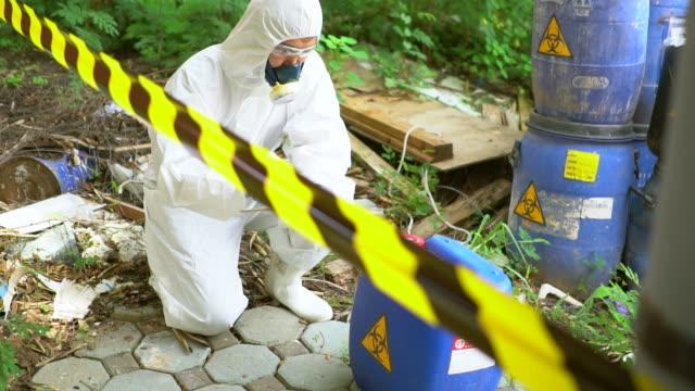 vídeos de stock, filmes e b-roll de equipe de emergência para verificar vazamento de risco biológico - símbolo de resíduos biológicos