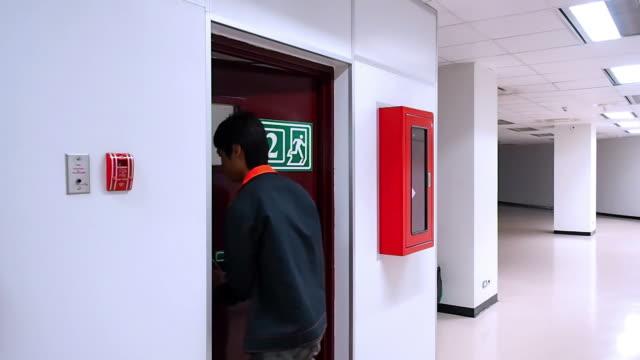 vídeos y material grabado en eventos de stock de tiempo de emergencia - señal de salida señal de dirección