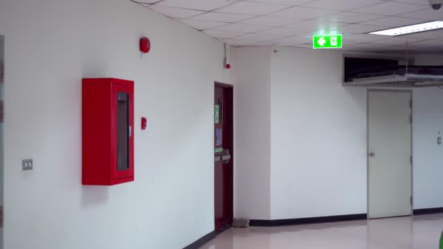 vídeos y material grabado en eventos de stock de caminata de emergencia a la puerta de escape contra incendios - señal de salida señal de dirección