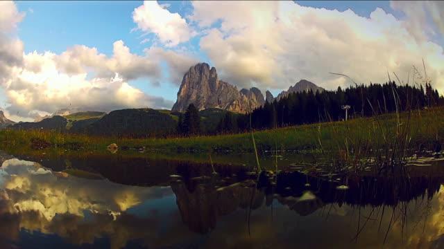 Aufstrebende von einem Teich: Saslong-Massiv zeigt sich im Preis