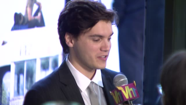 emile hirsch at the 'into the wild' premiere at directors guild of america in hollywood, california on september 18, 2007. - アメリカ監督組合点の映像素材/bロール