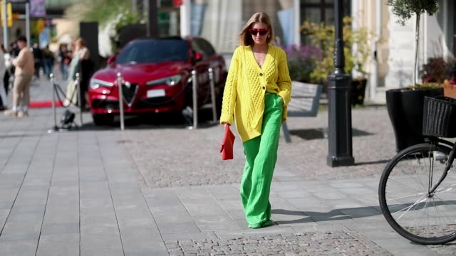 vídeos de stock, filmes e b-roll de emili sindlev wearing yellow knit cardigan green wide leg pants burberry clutch seen during stockholm runway ss19 on august 28 2018 in stockholm... - cardigan blusa