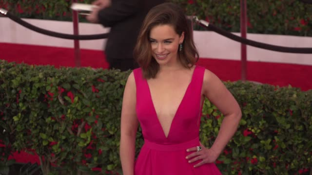 stockvideo's en b-roll-footage met emilia clarke at 22nd annual screen actors guild awards arrivals in los angeles ca - screen actors guild awards