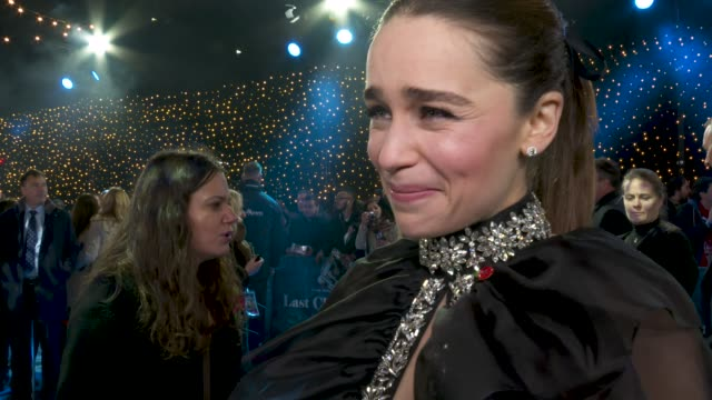 emilia clarke on working with cast, filming last christmas, believing in santa, celebrating christmas to early at last christmas uk premiere at bfi... - エマ・トンプソン点の映像素材/bロール