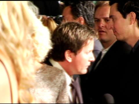 emilio estevez at the 'bobby' premiere arrivals at grauman's chinese theatre in hollywood, california on november 1, 2006. - emilio estévez video stock e b–roll