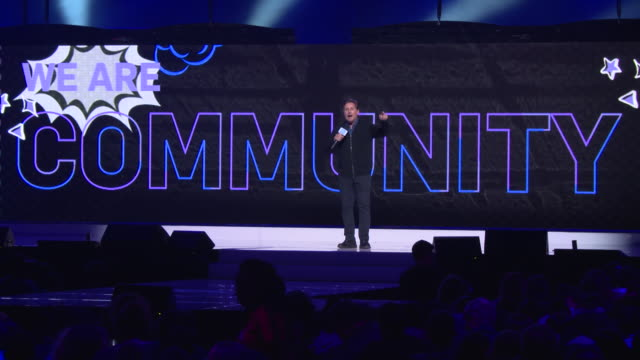 """emilio estevez encourages the audience to say """"my voice matters"""" at we day un on september 25, 2019 in brooklyn, new york. - emilio estévez video stock e b–roll"""