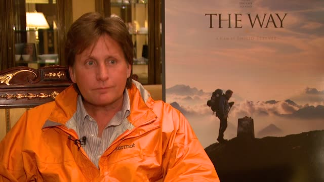 emilio estevez on his father martin sheen saying he wanted to make a film in spain doing the pilgrimage over camino de santiago, on how his son lives... - emilio estévez video stock e b–roll