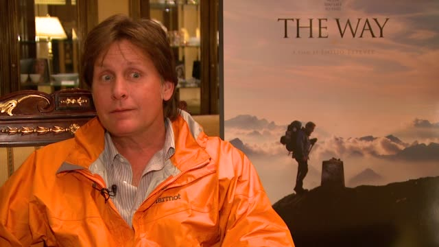 emilio estevez on how much he learned from doing the pilgrimage trail along the camino de santiago, on the different people they met, on how they did... - emilio estévez video stock e b–roll