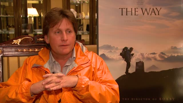 emilio estevez on the film company saying he should come to berlin with a showreel, and how the reaction has been very positive and he's happy... - emilio estévez video stock e b–roll