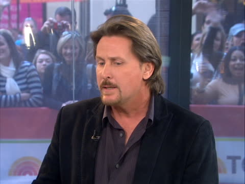 """emilio estevez """"well, you know, i grew up watching my father play here, in new york city, at the public theatre, and shakespeare in the park and he's... - emilio estévez video stock e b–roll"""